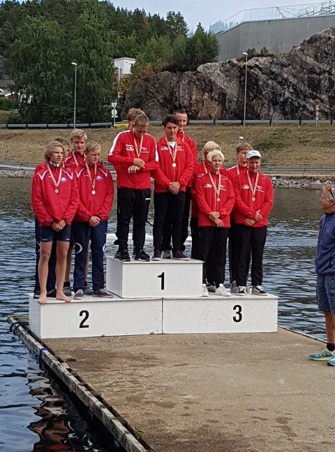 SØLV TIL NORGE: K4 200m med sølv til Norge: Bak til venstre Kristoffer Mjelstad (Njørd KK), bak til høyre Leander Helgesen (TKKK), foran til venstre Eirik Usland-Gade (Oslo KK), foran til høyre Sander Askeland (TKKK), gull og bronse gikk til Danmark. FOTO: PRIVAT