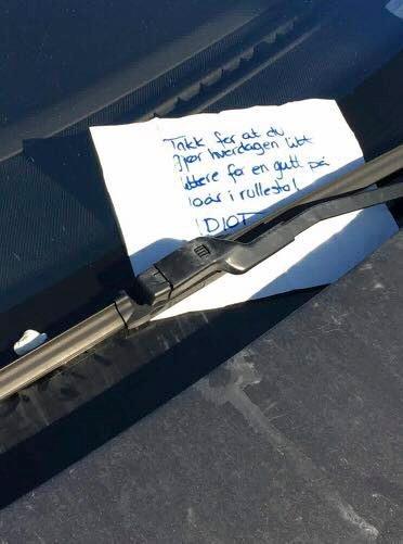 SKREV LAPP:Llappen ble lagt under vindusviskeren til bilføreren, som parkerte på en HC-plass i Funkelia lørdag.