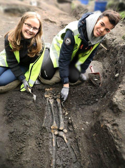 GRAVING: Marie og Oliver hjalp arkeologer fra NIKU å grave frem et eldgammelt skjelett