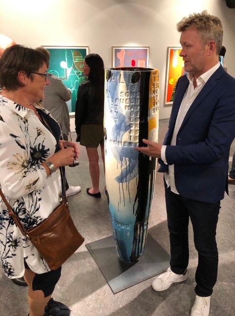 """Kultursjef Rita Jørgensdatter sammen med kunstner Magne Furuholmen foran kunstverket """"beginnings there is an end""""."""