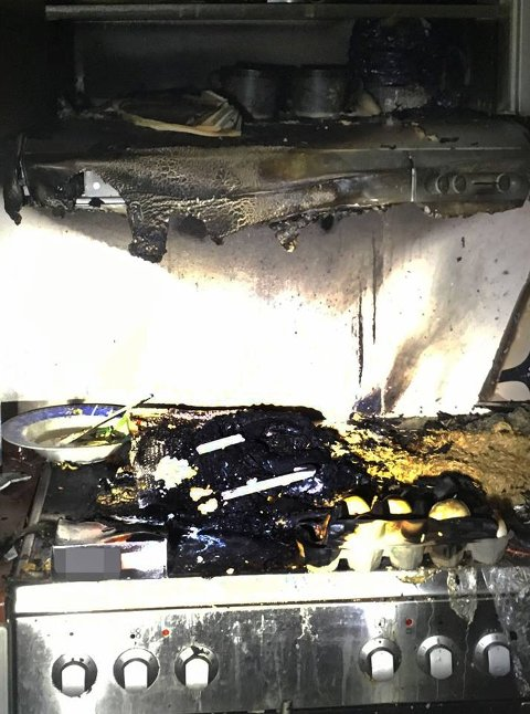 SPREDNING: Brannen på komfyren hadde spredt seg da brannvesenet kom til stedet.