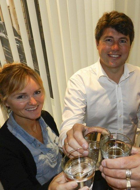 SKÅLER i vann: Elise Eberson (tv) og Jens-Petter Berget. Foto: Hanne Eriksen