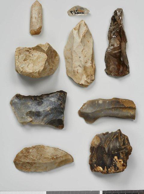 Deler av funnet: Det dreier seg om en boplass fra «Fosna-kulturen»,  cirka 7000 år f.Kr. Vi ser kjerner (restprodukter etter flekke- og avslagsfremstilling),  seks skrapere av forskjellig type, fire «stikler» og et flekkebor. Dette er i røykkvarts eller farget bergkrystall, som er et svært sjeldent materiale. Nederst på bildet er en samling såkalte flekker.