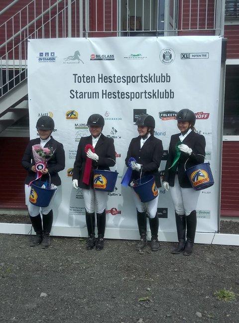Premieutdeling i klasse LA søndag med vinner Lise Paulsen Stenberg, Toten Hestesportsklubb til venstre.
