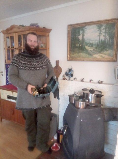 KREATIVE LØSNINGER: Johan Bjarøy og hans nærmeste måtte klare seg uten strøm i flere timer på julaften. Festmaten ble laget ved hjelp av en rekke kreative løsninger.