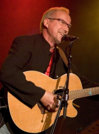 Hans Inge Fagervik og Songes eget barnekor «Gnisten» bidrar med en musikalsk avdeling i starten av kvelden.