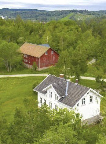 Ljøstadveien 37: Aslak Askland betalte i 2019 4,4 millioner kroner for denne gården med tusen mål. Selger var Guds Menighet Vegårshei, Den Norske Israelsmisjon og Det Norske Misjonsselskap.