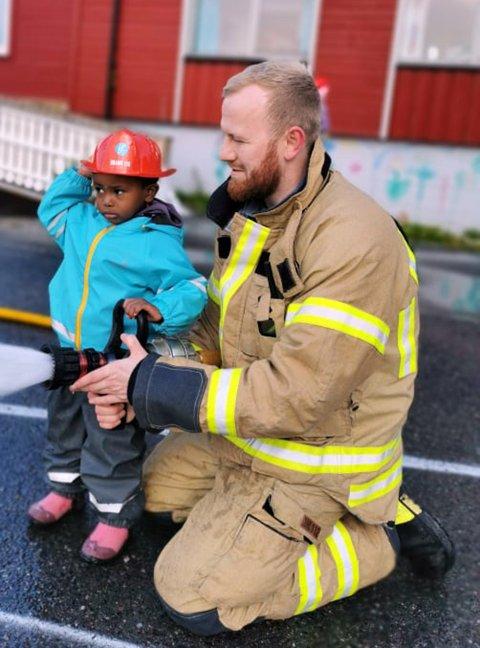 I Nordvågen Barnehage fikk både barna og de ansatte være med på øvelse sammen med Nordkapp Brann og Redning.