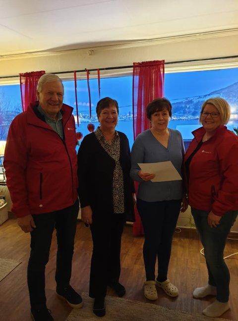 GAVE: Her blir pengegaven overrakt til leder Eva Strømsnes og Ruth Pedersen ved Krisesentret fra Fagforbundet Narvik leder Monica Kiltorp og leder pensjonist tillitsvalgt Reidar Frantzen.