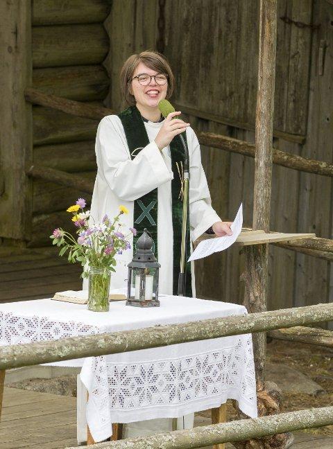 Finalen: Kjent og kjær prest i Eidskog, Bettina Eckbo, har siste Børli-ordet sent lørdag kveld, sammen med Andreas Ulvo.