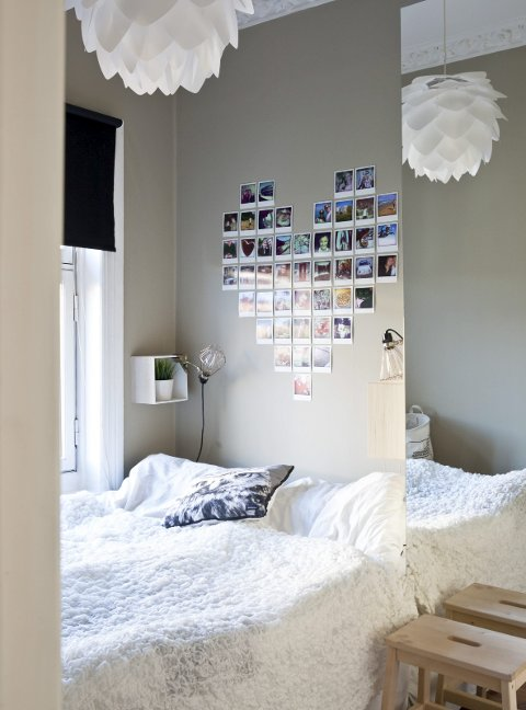 På soverommet: Over senga henger det polaroidbilder med minner fra ferier, hverdagsliv og ting å smile av.