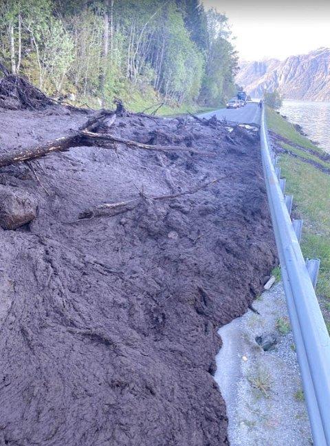 Et stort jordras sperrer fylkesvei 62 ved Grytneslia i Sunndal.
