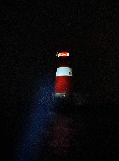 Lys i mørket: Lyset ble tent for første gang på mer enn 35 år på Ytre Møkkalasset fyr i går kveld. Foto: Hans Olav Sørensen, Møkkalassets Venner