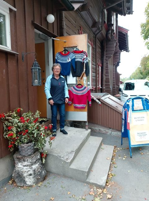 """Aud Olstad, en av initiativtakerne til """"Jentene på Hakadal Stasjon"""", ønsker velkommen til åpne lokaler i helgen."""
