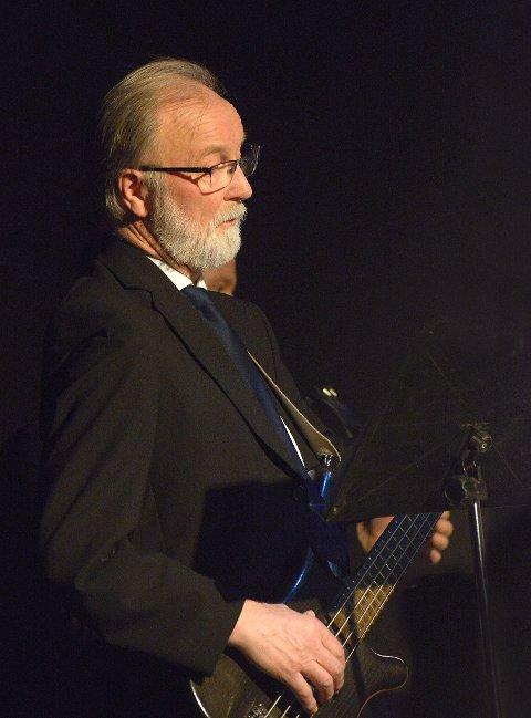 Tor Gjørund Østvang på bass.