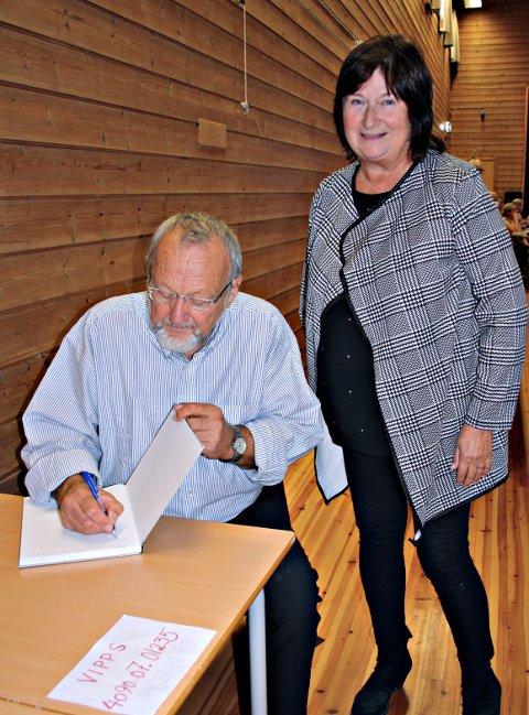 Karin Botten får Einar Oterholm til å signere boka.