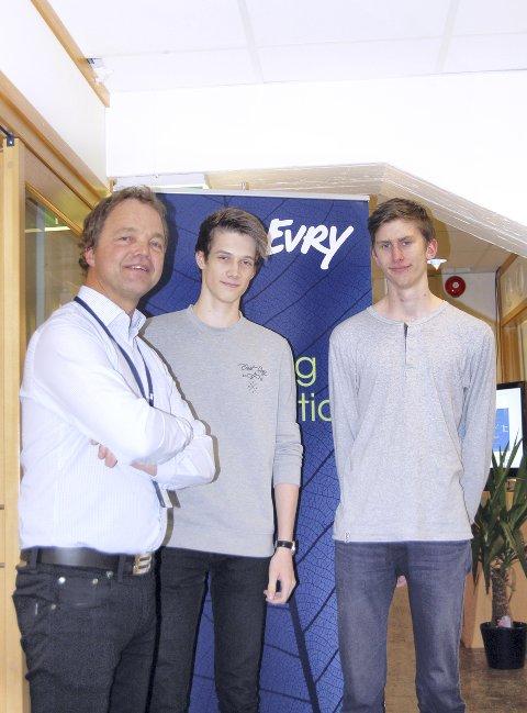 Arbeidsliv: Avdelingsleder Frode Kroken (til venstre) veileder lærlingene Robin Skarsteen og Aleksander Nilsson.