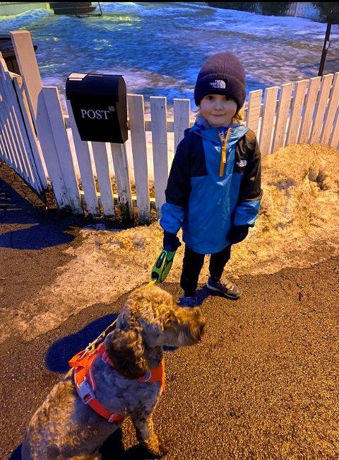 ØNSKET SEG HUND TIL JUL: Ulrik (5) ønsket seg hund  og pokemonkort til jul, men det ble med pokekonkort i år. Han må vente noen år før han kan få en egen hund. Ulrik er glad i hunder, og er ivrig etter å holde lånehunden Ztella (1 1/2 år) når de er ute på tur for første gang. Familien på tre vil gjerne tilby hundeeiere avlastning.