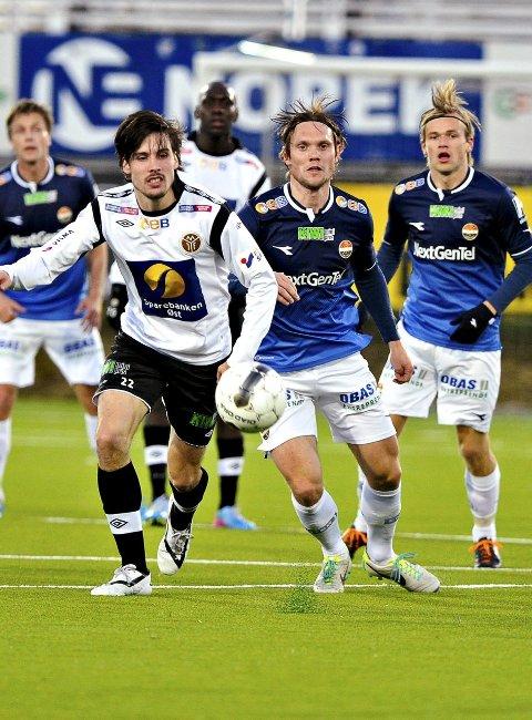 Møtes 11. april: MIF og Morten Sundli (t.v.) må finne seg i å være en betydelig mindre klubb enn SIF – her representert ved Thomas Sørum og Iver Fossum (t.h.). I år møtes naboene i eliteserien, og første kamp er i Drammen 11. april. FOTO: LISA SELIN