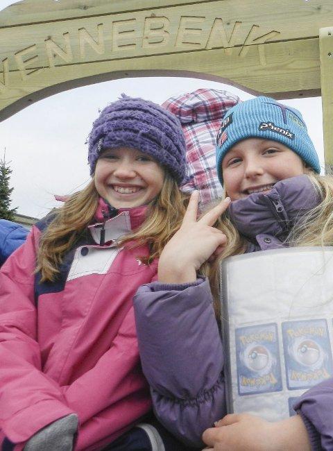 Isabell Asbjørnsen (til venstre) og Zeerlena Thorsen benker seg på den nye vennebenken ved Tistedal skole.