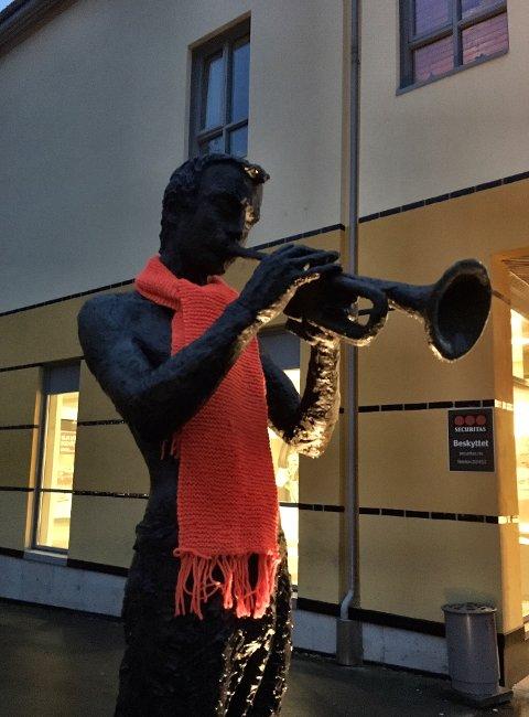 VARM: Også Kongsbergs statuer fikk fine, oransje skjerf.