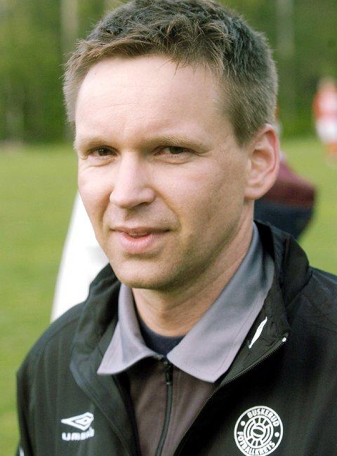 HEDRET: IL Skrms Rune Kjørstad fikk Buskerud fotballkrets' sitt hederstegn, for sin mangeårige dommerinnsats. FOTO: OLE JOHN HOSTVEDT