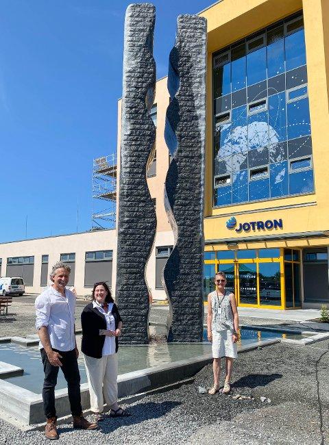 LANDEMERKE: Administrerende direktør Merete Berdal er stolt av det nye monumentet foran Jotrons nye lokaler på Ringdalskogen, laget av de to kunstnerne Martin Kuhn og Christine Dingens.