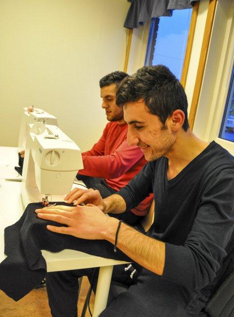 SKREDDERE:  Ahmed Omer og Seamnd Mostafa både syr, designer og reparerer klær, og er klare for oppdrag.