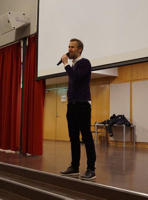 PÅ SCENEN: Rektor ved Manglerud Skole: Peter Streiffert.