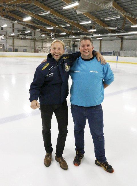 GLEDER SEG: Styreleder Jan Thomas Birkeland (til venstre) i Ski Hockey og Håkon N. Henriksen fra Kjeller'n Fritidssenter. FOTO: STIG PERSSON