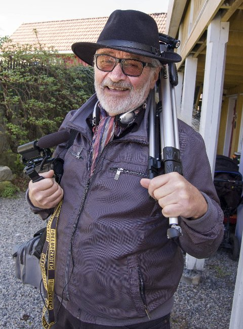 På jobb: Lars Rasmussen klar for oppdrag. Gjennom 22 år har han laget kortfilmer med ungdommer, men 1. september setter han sluttstrek i Ås. Som pensjonist skal han jobbe bare med egenprosjekter.