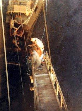 Her blir flyktningene hjulpet ombord i skipet av mannskapet som reddet dem.