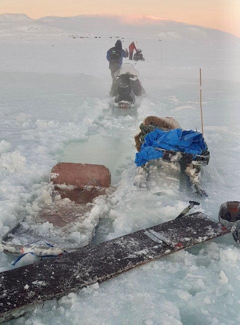 Bilde fra da første hjelpemann kom. Vannet hadde da spredd seg over et større område og minket fra 80 til ca. 50 cm. – Her har vi fått opp igjen den ene sleden som var nesten borte, forteller Knut Jørstad.