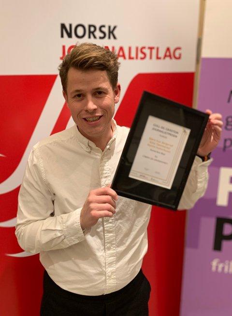 MOTTOK PRIS:  Journalist Martin Holterhuset (bilde) ble sammen med Bjørn Ivar Bergerud og Kine Tømmerdal tildelt Gull & Gråstein-prisen 2021 for beste journalistikk for artikkelserien «Døden på sykehjemmet».