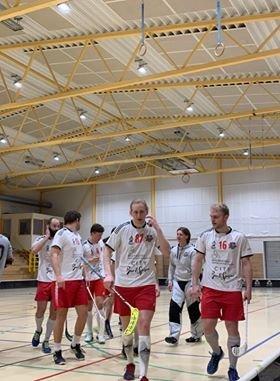 FIBK vant solid 10-1 i den siste kvalifiseringskampen. Dermed blir det en ny sesong med eliteserie-spill i Rolvsøyhallen.