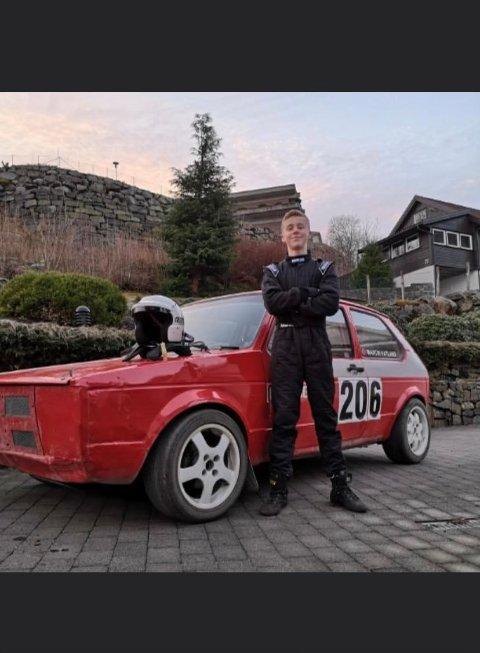 Martin Vatland sammen med den røde bilen som han selv har vært med å lage selv.