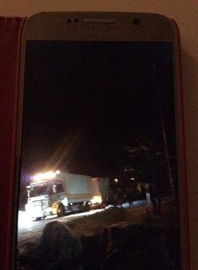 PÅ VEIEN IGJEN: En bergingsbil har fått lastebilen på veien igjen. FOTO: METTE HAUGEN