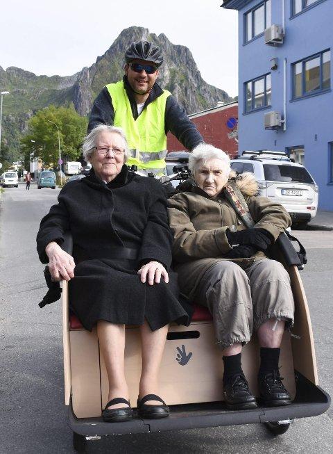 TRIVSEL PÅ HJUL: Irene Solberg t.v. og Erna Henriksen fikk storfin skyss av demenskoordinator Jon Håvard Nilsen.                               Foto: Karianne Steen