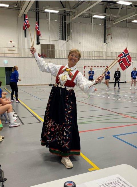 Back in business: Det var stor glede i den nye hallen på Mjåvann da Norge åpnet lørdag. Hanne Engnæs Jensen satte stemingen, i bunad på banen. Den nye hallen har ikke hatt mye publikum etter den ble åpnet, den stod ferdig under pandemien.