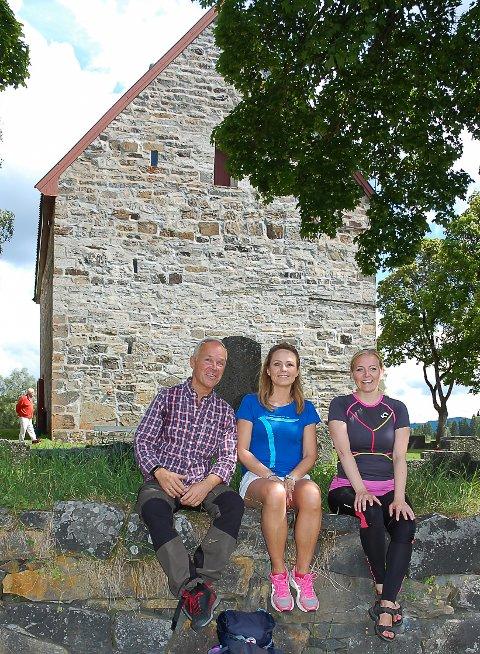GRANAVOLLEN: Jan Tore Sanner, Linda Hofstad Hellenad og Jane Dahl Sogn sitter foran Mariakirken.