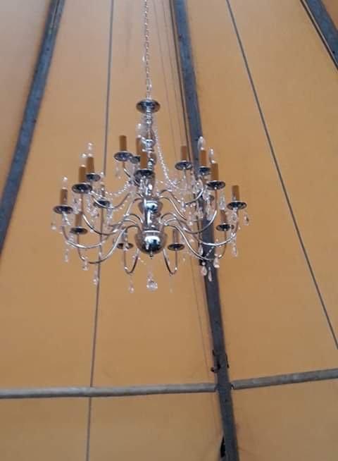 Glamorøst: Lyskrone i taket.