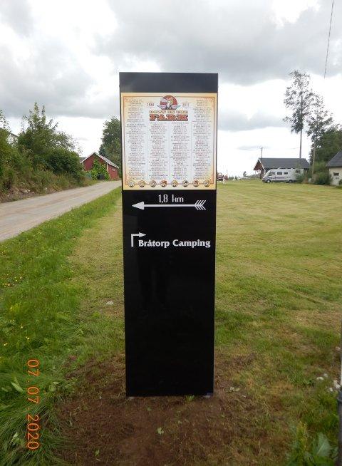 HYLLEST: Skilt & Fasadehjelpen AS i Halden har lagd et stort skilt som står ved Bråtorp camping i Enningdalen for å markere countryfestivalen «Down on the Farm».