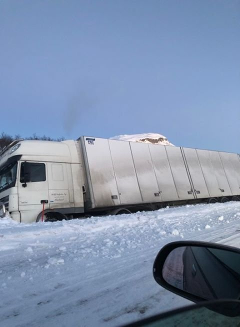 AVSPORING: En trailer havnet i grøfta søndag ettermiddag.