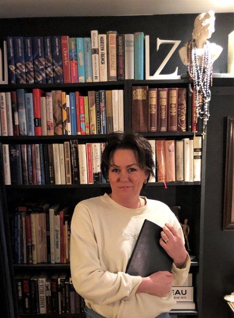 LESETID: Marit Røberg bestemte seg for å utnytte tiden som permittert best mulig. Det har blant annet ført til at hun har lest mange bøker.