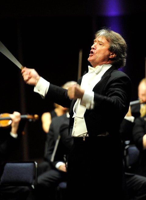 KUNSTNERISK KVALITET: Dirigenten i sitt rette element: foran et lydhørt orkester og et begeistret publikum. Arkivfoto: Olaf Akselsen