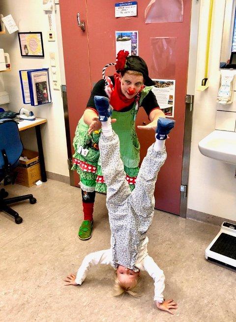 OPP NED: Sykehusklovnen Bolla Bensin og Elly alias «Opp Ned - Stand  on my Head». – Klovnene liker å tulle med meg og vi står på hodet, forteller Elly. Foto: Privat