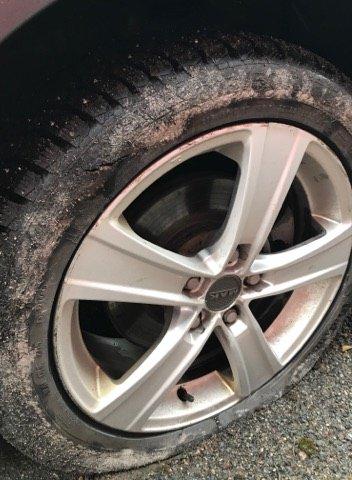 UHELDIG: En bilist som bor i Jensebråten rakk ikke å se hullet i tide. Resultatet ble et punktert dekk. (Foto: Privat)