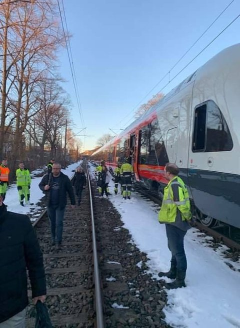 EVAKUERES: Klokka 18 blir passasjerene på toget evakuert. Politi og brannvesen er til stede.