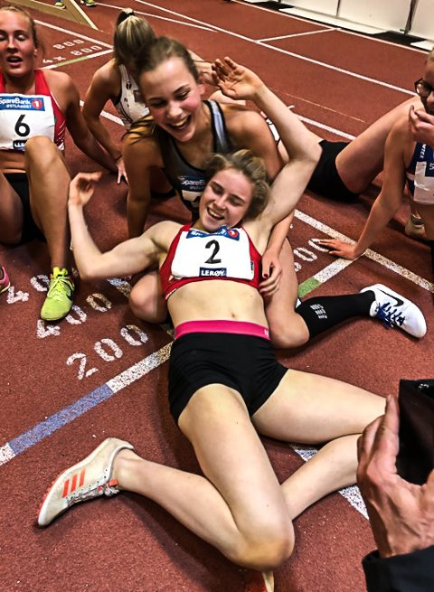 VILL JUBEL: Henriette Jæager (2) grtuleres av konkurrentene etter å ha satt verdensrekorden.
