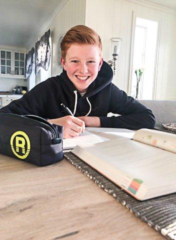 REGNER MED LEKSER: Selv om skolen er stengt, regner Sebastian Stenbakk (13) med å få tilsendt lekser fra lærerne over nettet.